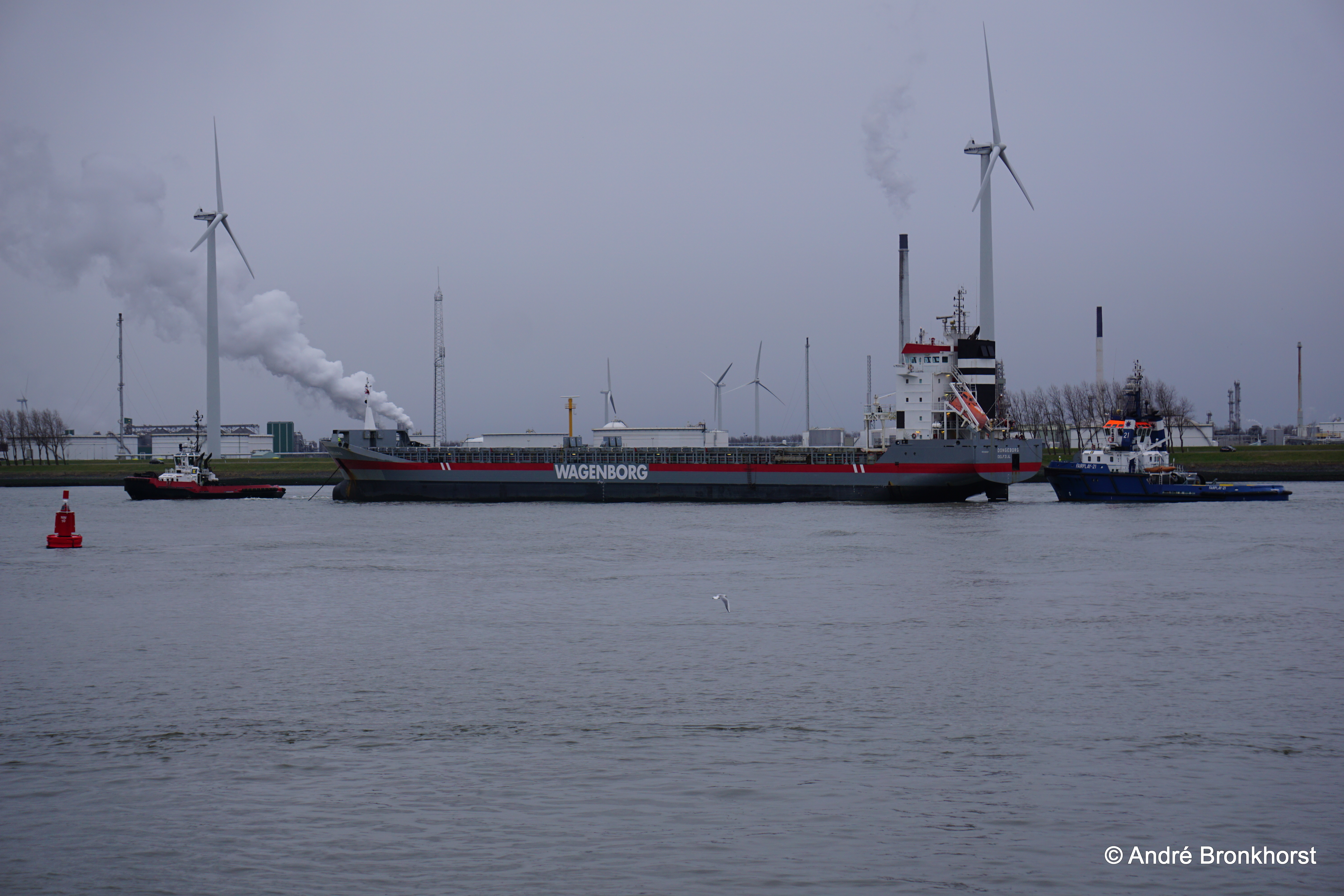 Fairplay 21 en Smit/Kotugsleper assisteren mv Dongeborg